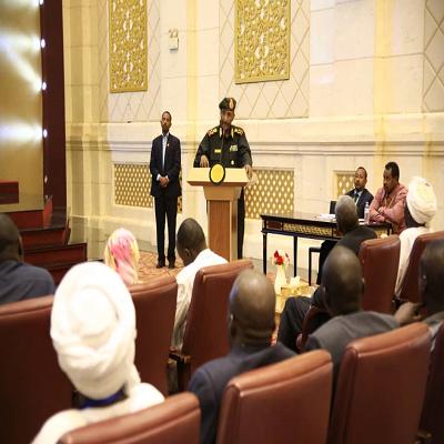 البرهان يتعهد بمشاركة النازحين فى عملية السلام